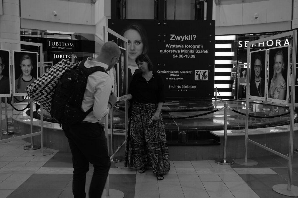 Monika Szałek i Łukasz Majewski doglądają szczegółów wystawy ZWYKLI? fot. moja/digital